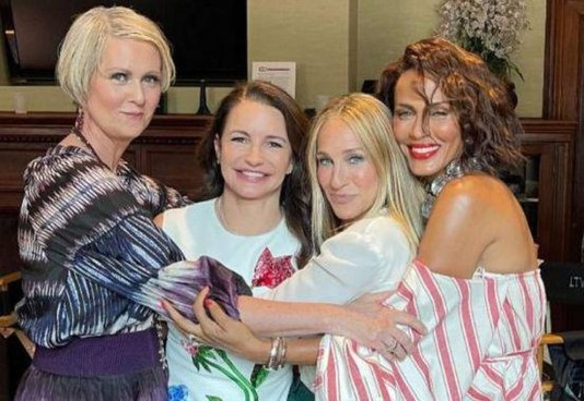 """Nicole Ari Parker (50 anni, l'ultima a destra) con le """"storiche"""" amiche del telefilm"""