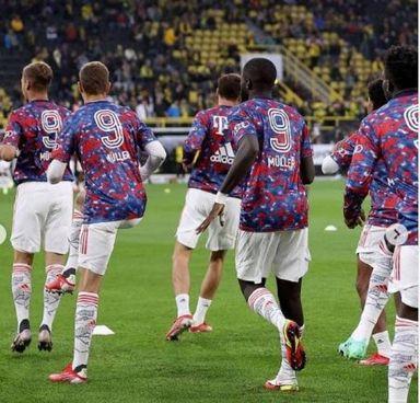 I giocatori del Bayern tutti con il '9' di Muller nel riscaldamento della Supercoppa
