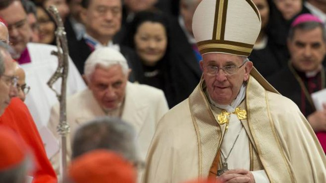 Papa Francesco, dietro il Papa emerito Ratzinger (Ansa)