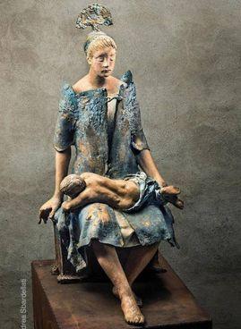 . Grande madre di Pietro dello scultore lombardo. Ugo Riva ( 1998/2006); a destra, Testa incasinata di Dario Tironi (2021)