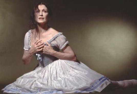 La grande étoile Carla Fracci, morta a 84 anni a Milano nel maggio scorso. Sotto, il ballerino Kledi Kadiu, 47 anni