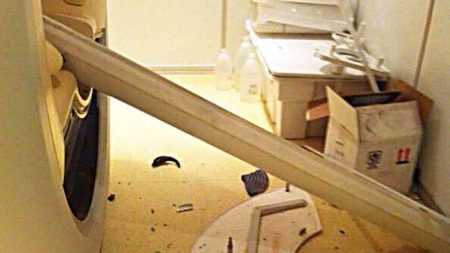 I danni al macchinario provocati dalla pulizia della stanza con l'aspirapolvere (Foto Crocchioni)