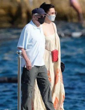 """Robert De Niro, 78 anni compiuti il 17 agosto, con la """"donna misteriosa"""" in vacanza con lui in Francia"""