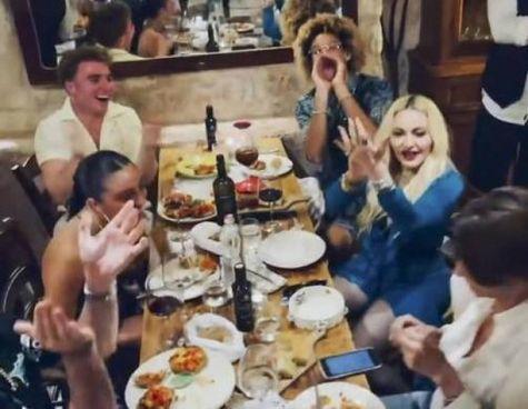 Madonna, 63 anni, mentre canta «Bella Ciao» e balla insieme ad alcuni amici in un ristorante a Ostuni, in Puglia