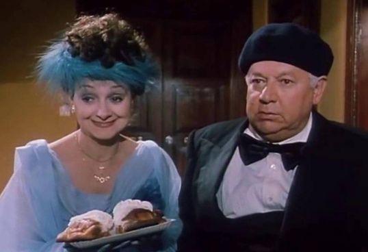 . L'attrice Milena Vukotic, nata a Roma 86 anni fa, nei panni di Pina,. la moglie devota del ragionier Ugo (. Paolo Villaggio. ), nel film Fantozzi in paradiso (1993)