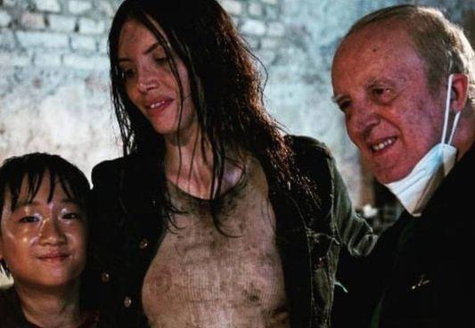 Ilenia Pastorelli (35 anni) sul set con Dario Argento (80) e. il piccolo. Andrea Zhang
