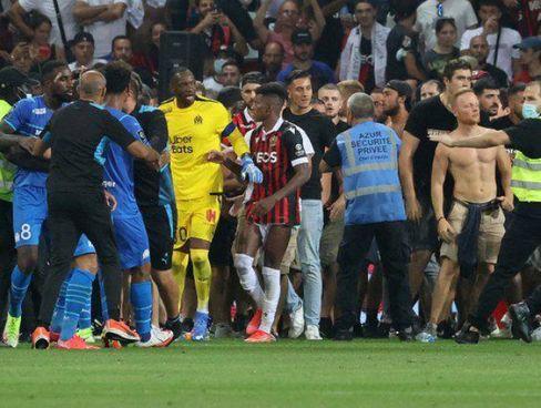 La scena incredibile di Nizza-Marsiglia con i tifosi in campo e la gara sospesa