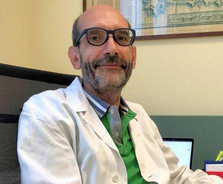Il direttore pneumologia dell'ospedale di Cona Alberto Papi lavora senza sosta
