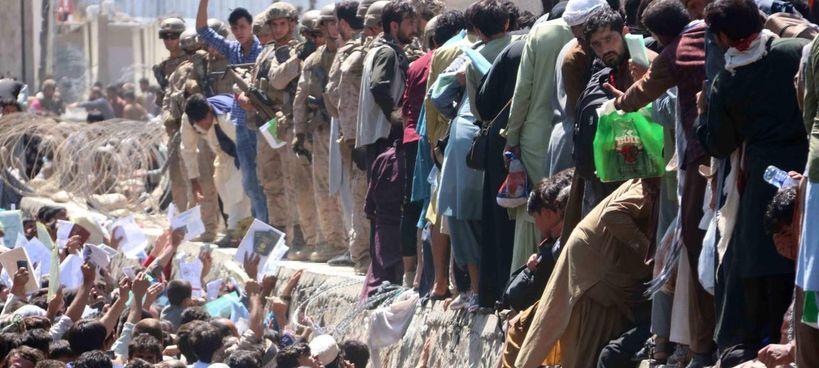 La bolgia umana di afghani che si sono accalcati all'aeroporto di Kabul per fuggire: ora. è il centro degli attentati terroristici