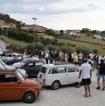 Un'edizione della 'Passeggiata di auto d'epoca e Fiat 500'