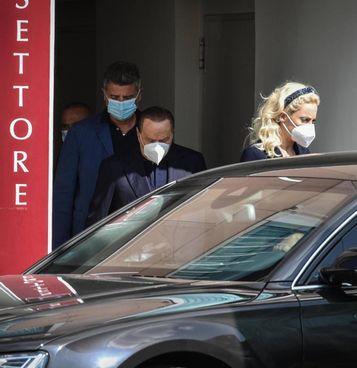Berlusconi, 84 anni, esce dal San Raffaele insieme alla fidanzata Marta Fascina