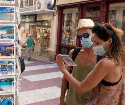 Due turisti con la mascherina anche all'aperto in Sicilia. Da lunedì è obbligatoria