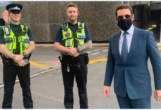 Tom Cruise (59 anni) con gli agenti della stazione di Birmingham New Street