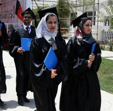 La cerimonia di laurea di due studentesse in una università americana di Kabul