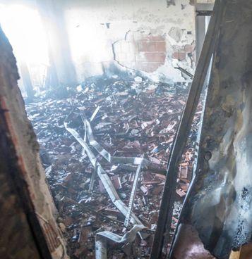 L'interno della Torre dei Mori, il grattacielo di 18 piani andato a fuoco domenica pomeriggio
