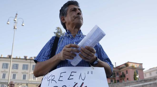 A protester against the green pass