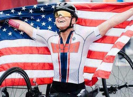 Oksana Masters con la bandiera americana in una foto tratta dal suo profilo Twitter