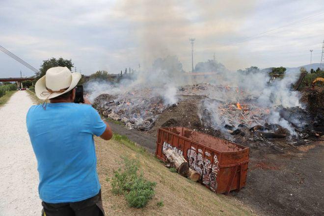 Incendio di Firenze: brucia un deposito di legna / FOTO