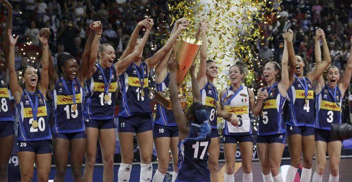 L'Italvolley femminile festeggia il campionato Europeo vinto a Belgrado: grazie a questa vittoria entreranno nelle casse della Federvolley 500mila euro