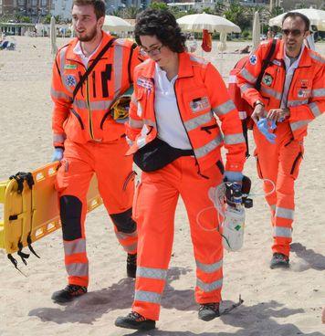 Un soccorso in spiaggia (foto di repertorio)