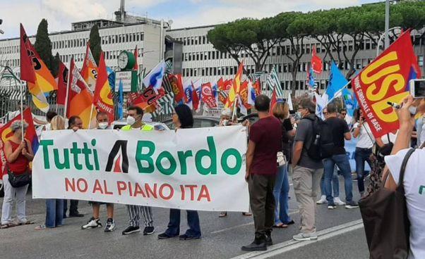 Il presidio di centinaia di lavoratori di Alitalia ieri all'Eur, Roma