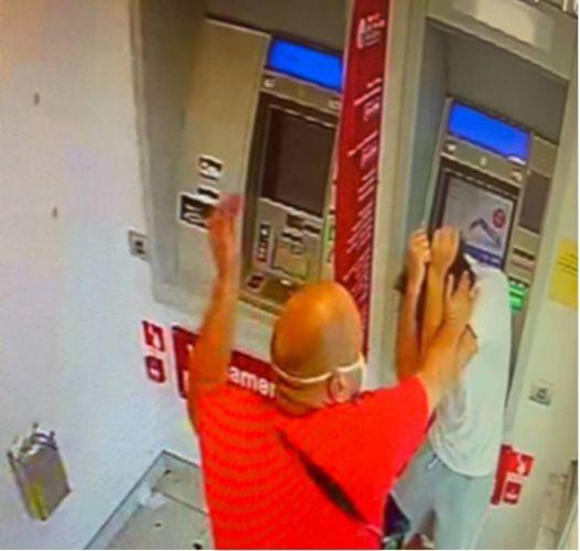 Rapinati al bancomat: calci, forbici e coltello alla gola. Due arresti