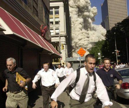 Ground Zero, la folla in fuga subito dopo il crollo della torre sud. Le vittime degli attacchi dell'11 settembre furono quasi 3mila