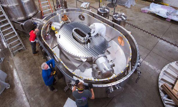 Il team del Mit al lavoro sul supermagnete per la fusione (foto Gretchen Ertl)