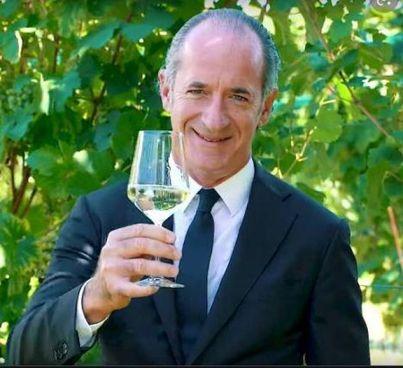 Il presidente della Regione Veneto Luca Zaia, 53 anni, con un bicchiere di prosecco