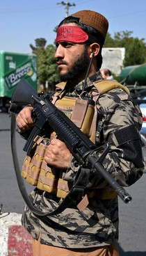 Un guerrigliero talebano pattuglia le strade di Kabul