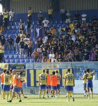 I canarini vanno a salutare il pubblico a fine gara, i tifosi. hanno chiesto ai calciatori di tirare fuori gli attributi (foto Zeppilli)
