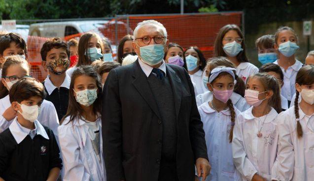 Il ministro dell'Istruzione Patrizio Bianchi, 69 anni, ieri alla scuola elementare 'Carducci' di Bologna