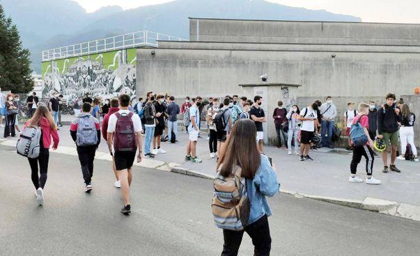 Ingressi scaglionati in diversi istituti scolastici del Comasco e problemi per taluni anche per il ritorno a casa con i mezzi pubblici dopo le lezioni