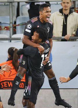 Alex Sandro festeggiato da Cuadrado (suo l'assist) dopo il primo gol dei bianconeri