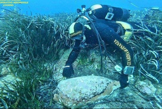 L'anfora romana recuperata dai sub della Guardia di finanza che stanno monitorando la costa