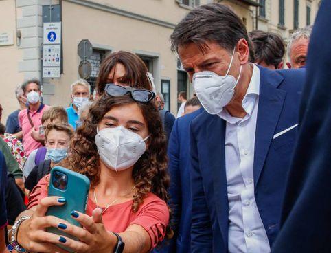 Selfie e applausi per l'ex presidente del Consiglio ieri a Sesto Fiorentino