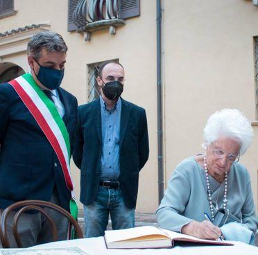 La senatrice Segre mentre firma il libro d'onore del Comune di Fano