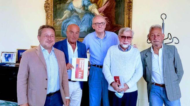 Da sinistra, il presidente della Fondazione Giorgio Gragnola, il segretario Vittorio Rosati, il maestro Sauro Nicoletti, Claudio Giardini e Giuliano Giuliani
