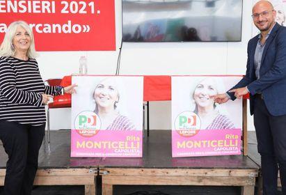 Rita Monticelli presenta il suo manifesto elettorale con il segretario Luigi Tosiani