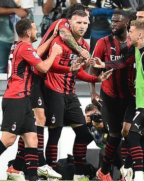 Ante Rebic festeggiato dopo il pari nel finale. Il croato con un colpo di testa d'autore ha acciuffato la Juve in una gara che vedeva il Milan in. emergenza