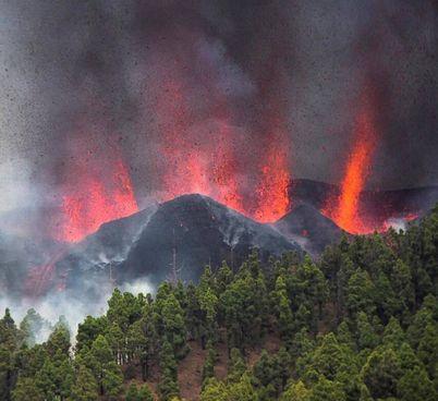La colonna di materiale vulcanico è ben visibile da tutta l'isola Al momento si escludono vittime