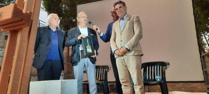 Da sinistra, Carlo Bruscia, il pittore Ubaldo Bartolini e il sindaco di Fano Massimo Seri. Bartolini ha donato uno dei suoi pennelli dipinti: questo raffigura il fanese Arco di Augusto