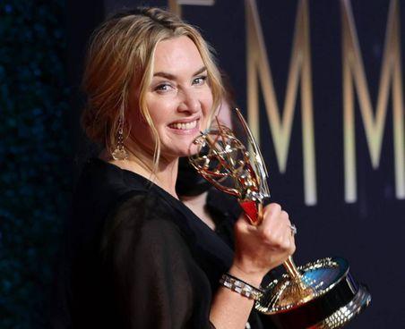 """Anya Taylor-Joy (25 anni), la """"Regina degli scacchi"""". Accanto Kate Winslet, 45 anni, con l'Emmy per la serie tv """"Omicidio a Easttown"""""""