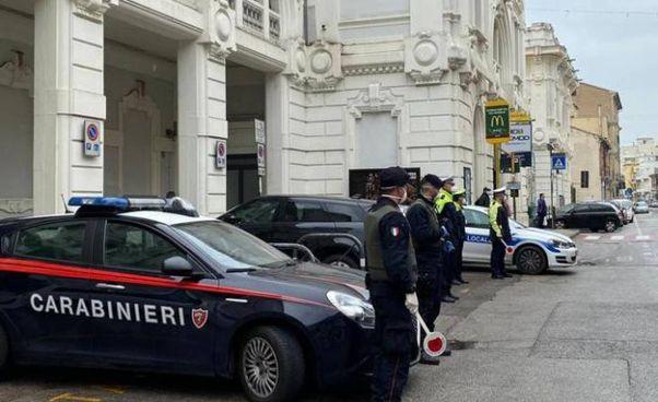 Carabinieri e polizia locale davanti alla stazione di Falconara