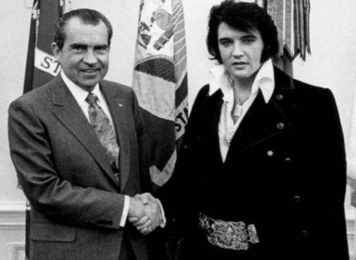 21 dicembre 1970: il presidente Nixon (1913 - '94) incontra Elvis Presley (1935 -'77) alla Casa Bianca. Sotto, John Lennon (1940 - '80)