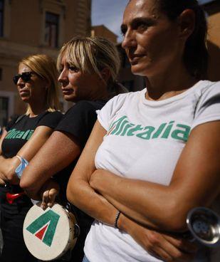 Una protesta dei lavoratori Alitalia: il decollo di Ita incontra ancora parecchi ostacoli