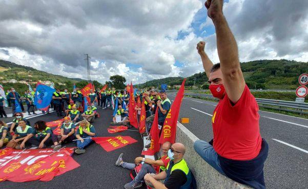 La protesta di ieri lungo la Statale 76