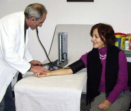 Un medico di famiglia durante la visita ad una sua paziente