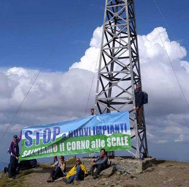 Manifestazione degli ambientalisti alla croce di vetta di Punta Sofia