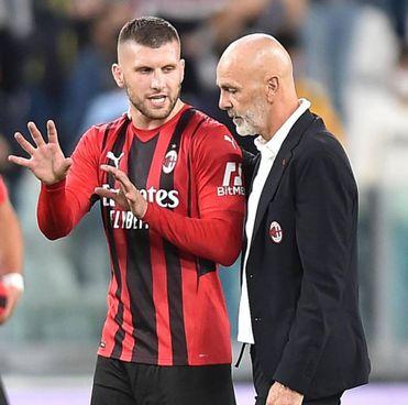 Ante Rebic, 28 anni, e Stefano Pioli, 55 anni. Il Milan oggi cerca la vetta